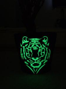 Blumentopf beklebt mit lumentics-Leuchtaufklebern in Form eines Tigerkopfes im Dunklen