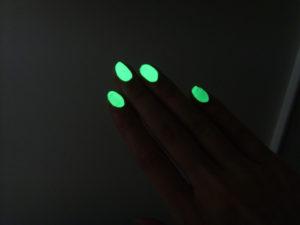 Fingernägel beklebt mit lumentics-Leuchtaufklebern