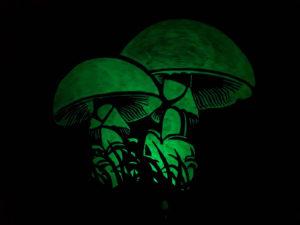 Leuchtende Wandmalerei in Form von Pilzen aus gelbgrüner lumentics-Leuchtfarbe