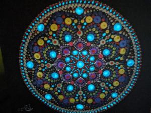 Mandala mit Details aus grünblauer lumentics-Leuchtfarbe