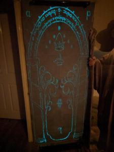 Türverkleidung aus Stoff bemalt mit grünblauer lumentics-Leuchtfarbe