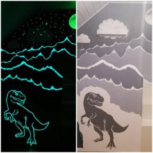 Dino Wandmalerei mit blauer und grünblauer lumentics-Leuchtfarbe, Tag und Nacht im Vergleich