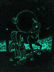 fantastische Wandmalerei mit Einhörnern aus grünblauer lumentics-Leuchtfarbe