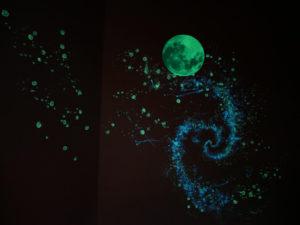 Milchstraße an der Wand gemalt mit blauer und grünblauer lumentics-Leuchtfarbe