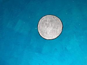 Sternenhimmel und Mond gemalt mit grünblauer lumentics-Leuchtfarbe bei Tag