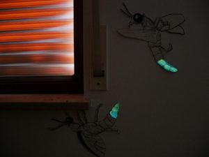 Moskitos als Wandmalerei verziert mit grünblauer und blauer lumentics-Leuchtfarbe