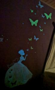 Märchenhafte Wandmalerei mit grünblauer und blauer lumentics-Leuchtfarbe bei Tag