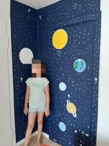 Wandmalerei des Sonnensystem mit grünblauer lumentics-Leuchtfarbe bei Tag