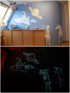 Fantasiewelt mit grünblauer lumentics-Leuchtfarbe an der Wand, bei Tag und bei Nacht