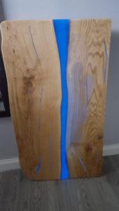 Tischplatte mit blauem lumentics-Leuchtpulver