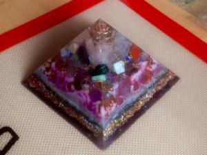 Dekorative Pyramide mit blaugrünem lumentics-Leuchtpulver-Anteil