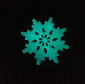 Schneeflocke gemalt mit blaugrünem lumentics-Leuchtpulver