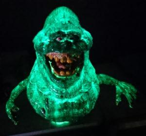 Leuchtende Slimer Figur bemalt mit grünem lumentics-Leuchtpulve