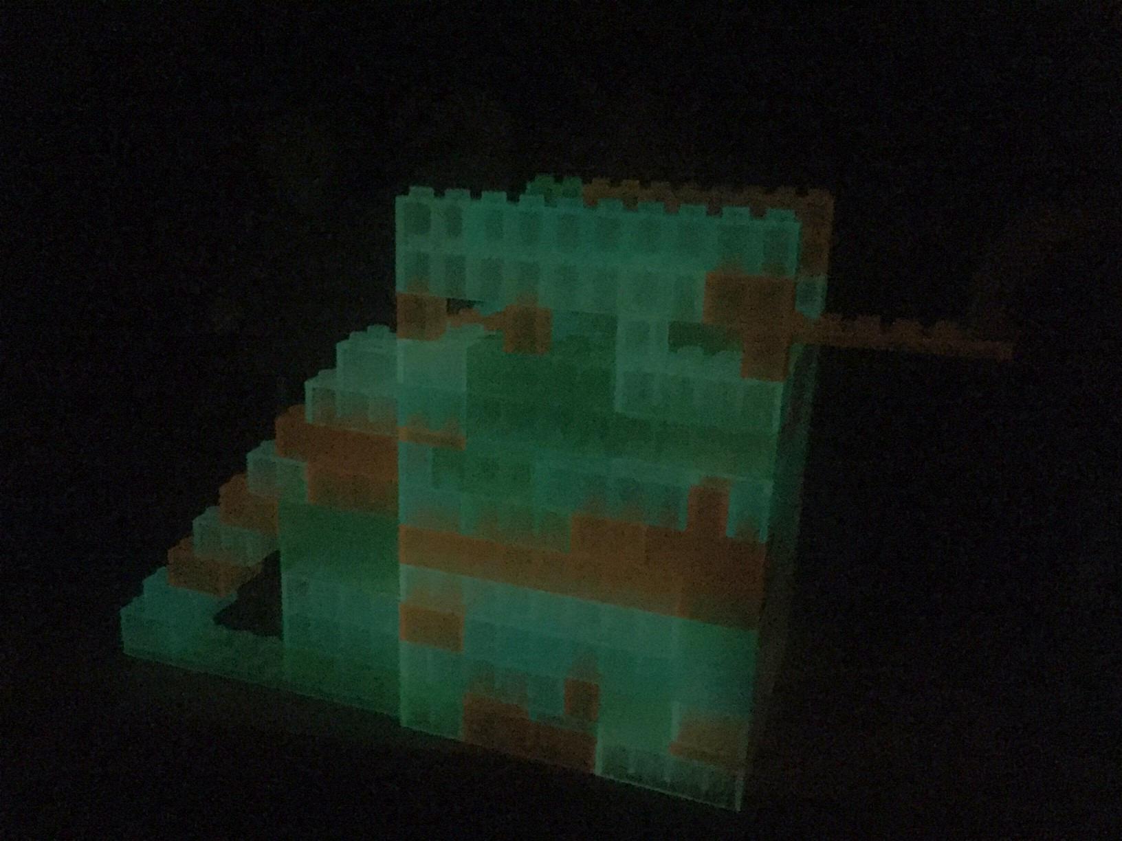Turm aus lumentics-Leuchtsteinen im Dunklen