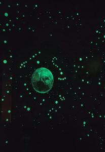 lumentics-Wandaufkleber in Form der Erde bei Nacht