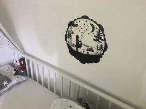 lumentics-Wandaufkleber im Motiv Märchen über einem Kinderbett bei Tag