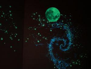 lumentics-Wandaufkleber in Form des Mondes bei Nacht