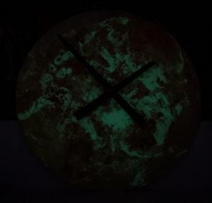 lumentics-Wandaufkleber Sonne als Uhr umfunktioniert bei Nacht